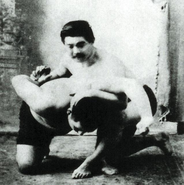 Conde Koma mostra uma imobilizacao do Jiu Jitsu no braço