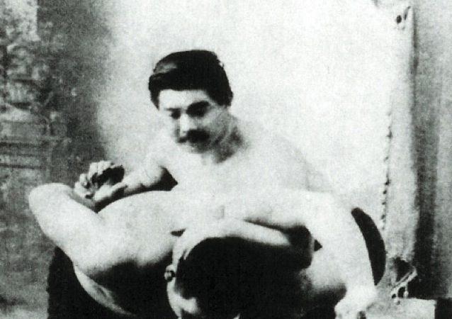 O japonês Conde Koma mostra uma imobilizacao do Jiu-Jitsu no braço. Foto: Arquivos GRACIEMAG.com.