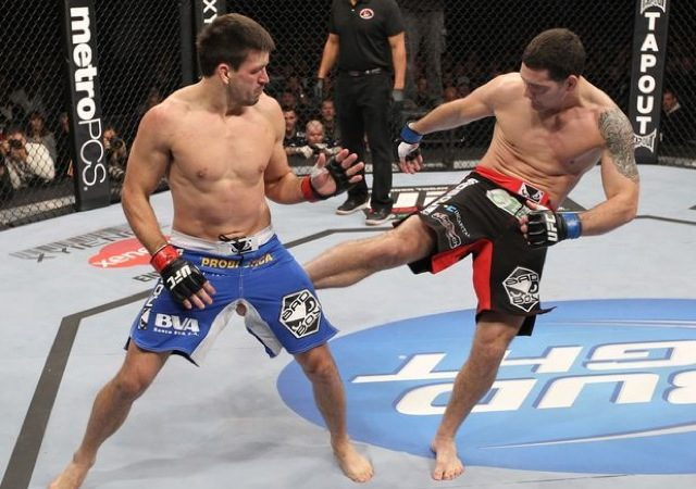 Demian Maia absorve chute de Weidman no UFC on Fox 2, em Chicago. Foto: Josh Hedges/UFC.