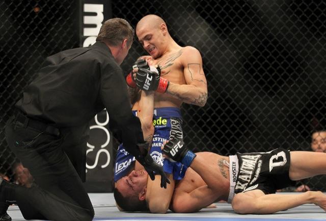 Dustin Pourier encerra luta do UFC 143 com o Jiu-Jitsu. Foto por Josh Hedges/Divulgação UFC.