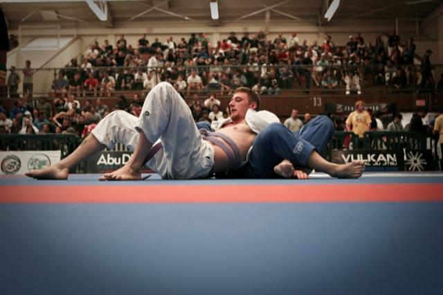 Faixa-roxa em ação durante seletiva em San Diego: as últimas vagas para lutar Jiu-Jitsu em Abu Dhabi com tudo pago estão terminando. Foto: Divulgação.