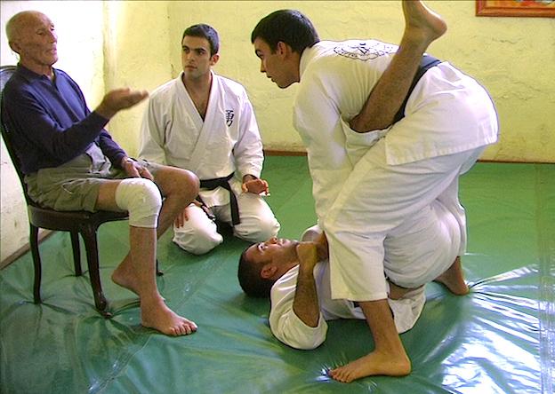 Irmãos Valente em treino com o saudoso grande mestre Helio Gracie. Foto: Sportv.