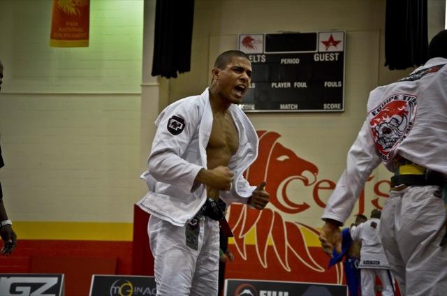O astro do Jiu-Jitsu JT comemora os dois ouros em Houston. Foto: Mike Calimbas.