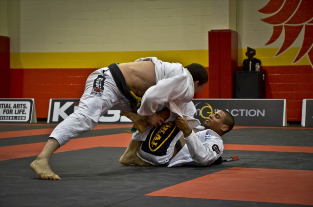 JT usa sua guarda para parar Salazar no Houston Open de Jiu Jitsu foto por Mike Calimbas