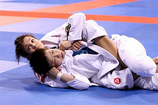 Em cena do Mundial de Jiu-Jitsu 2011, Kyra Gracie ataca as costas com eficiência. Foto: Arquivos GRACIEMAG.