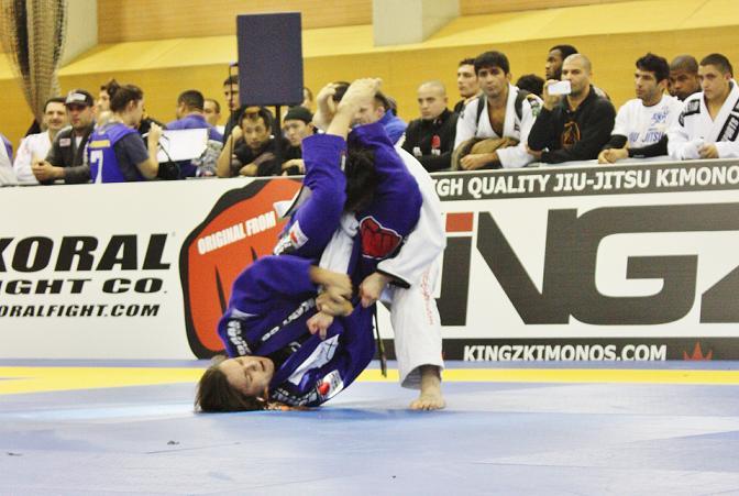Michelle Nicolini finaliza no braco no Europeu de Jiu Jitsu