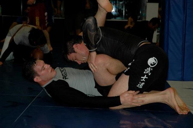 Ricardo Cachorrao treinando BJJ sem kimono