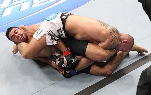 Faixa-preta de Jiu-Jitsu, Sapo ataca o braço de Michael Kuiper no UFC 143