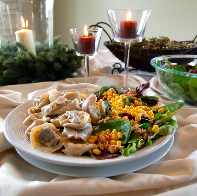 Um prato de salada e massa da Dieta Gracie: saúde para o seu Jiu-Jitsu. Foto: Carol Nakagawa/Arquivos GRACIEMAG.