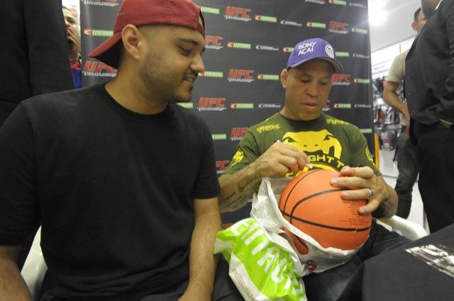 Wanderlei Silva assina uma bola para um fã do UFC. Foto Alexandre Loureiro/Divulgação.