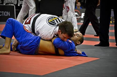 Guilherme ataca Pablo em Houston. Foto: Mike Calimbas.