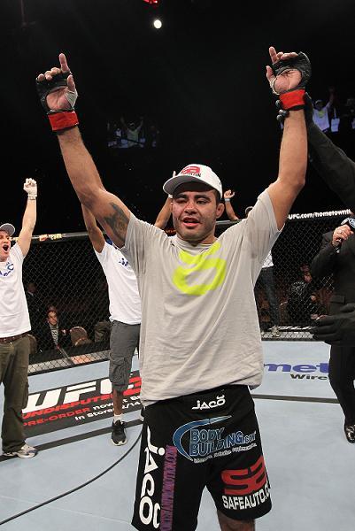 Sapo comemora a vitória, assegurada com um katagatame. Foto:  Nick Laham, UFC