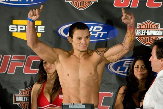 Tibau na pesagem durante uma edição do UFC. Foto: Divulgação UFC.