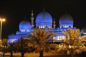 A linda mesquita Sheikh Zayed, em Abu Dhabi, onde eles estão procurando por professores de Jiu-Jitsu.