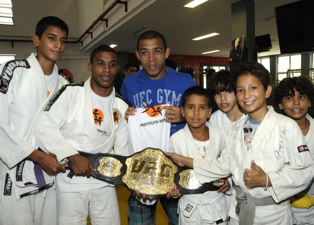 José Aldo abraça a molecada e mostra o cinturão aos futuros campeões de judô e Jiu-Jitsu. Foto: UFC.