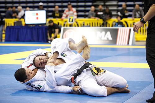 Andre Galvao ataca as costas Foto Arquivos GRACIEMAG.com