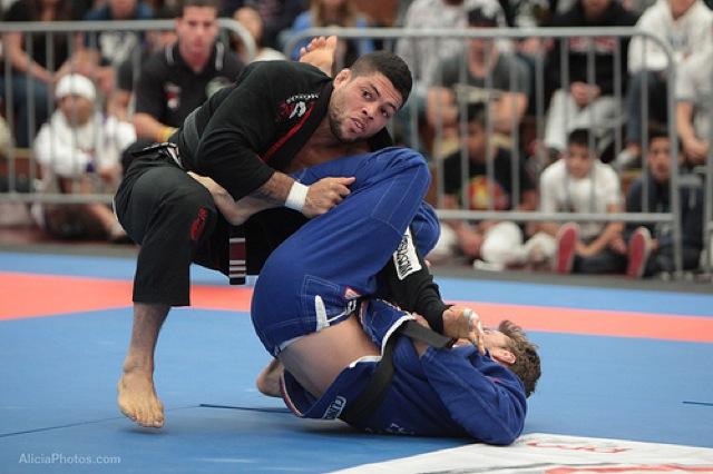 Garantido em Abu Dhabi com tudo pago, André Galvão joga por cima na final com Clark Gracie, na seletiva de Jiu-Jitsu de San Diego. Foto: Alicia Anthony.