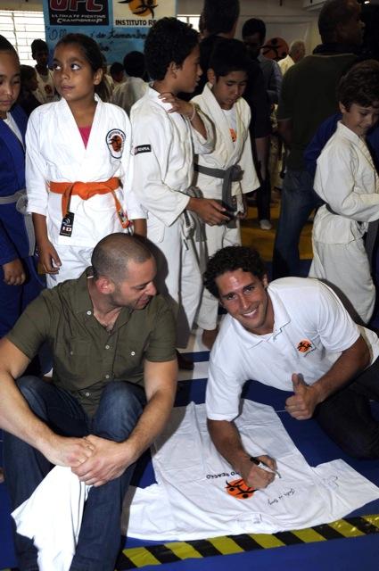 Flávio Canto assina camisas com o diretor do UFC, na Rocinha. Foto: UFC