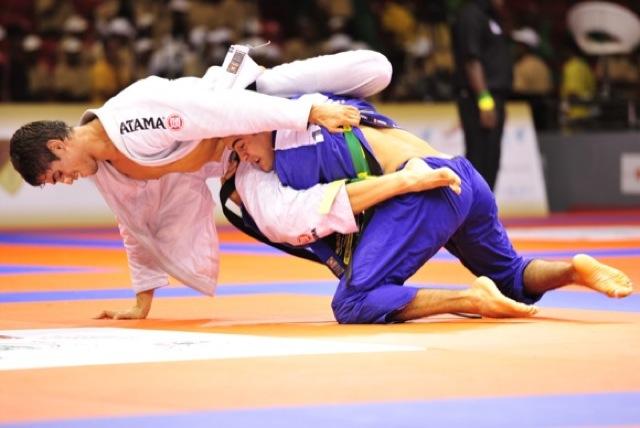 Cara de Sapato em ação no Jiu-Jitsu, de kimono branco. Foto: Luca Atalla/GRACIEMAG.