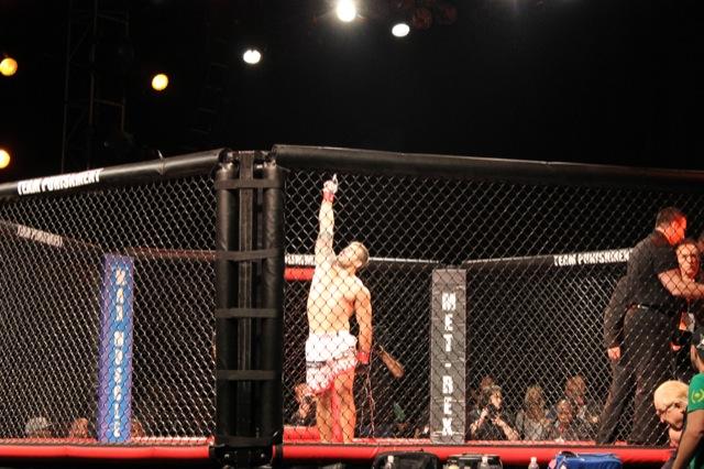 Demente comemora finalização no MMA na Califórnia. Foto: Acervo Pessoal.