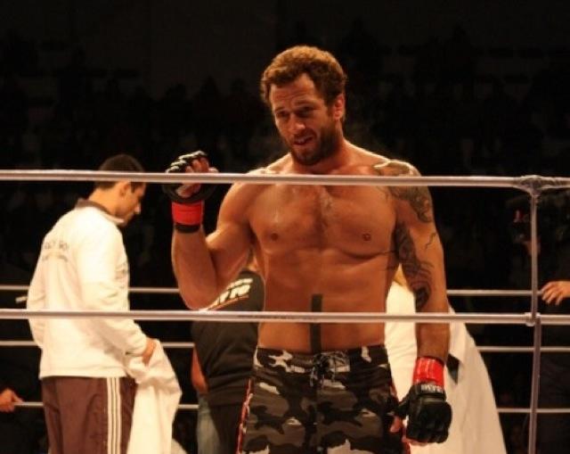 Eduardo Telles celebra vitoria no MMA. Foto Arquivo GRACIEMAG