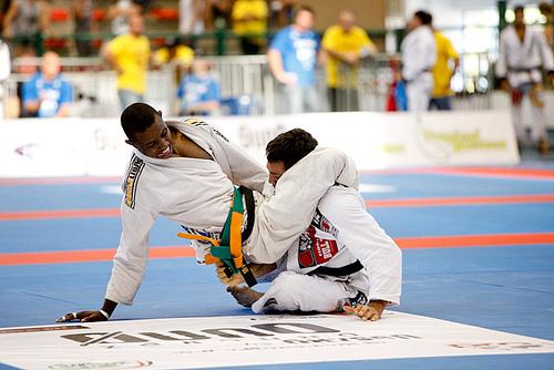 Isaque Paiva encaixa o triangulo em Bruno Frazatto na seletiva Gramado de Jiu Jitsu Foto por Ivan Trindade/GRACIEMAG
