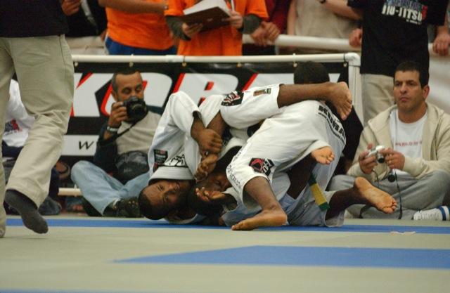 Jacaré ataca as costas de Tererê no Pan de Jiu-Jitsu 2004, em foto de Gustavo Aragão/GRACIEMAG.