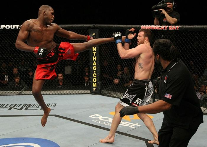 Jon Jones agride Bader no UFC foto por Josh Hedges