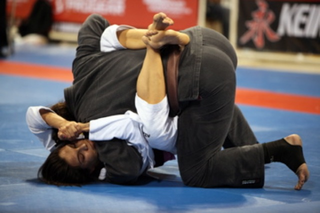 Kyra Gracie contra Lana Stefanac no Mundial 2009, na final do absoluto. Foto: Alicia Anthony/Arquivos GRACIEMAG.