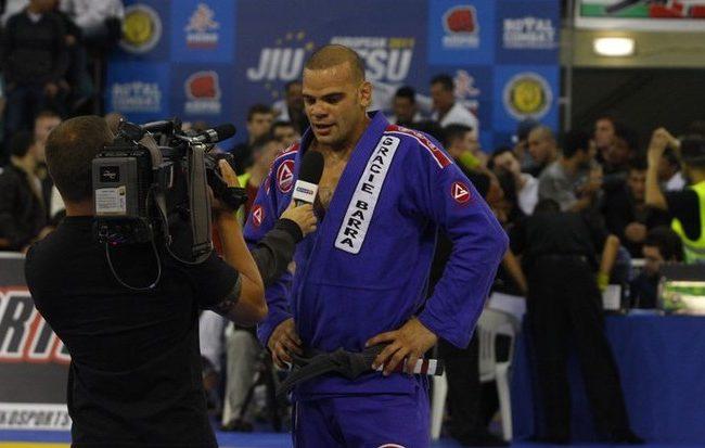 Lucio Lagarto da entrevista no Europeu de Jiu Jitsu Foto IBJJF