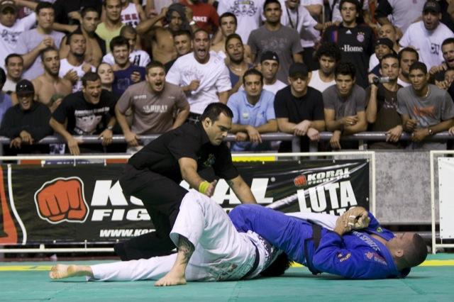 Torcida vibra enquanto Raphael Abi-Rihan estica o braço de Tarsis, na final dos meio-pesados do Brasileiro de Jiu-Jitsu 2009. Foto: Gustavo Aragão/GRACIEMAG.