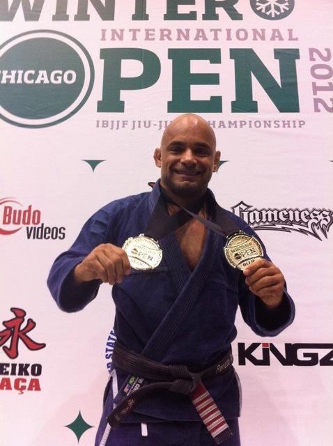 Renato Tavares (ATT) com as medalhas de Jiu-Jitsu conquistadas em Chicago. Foto: Acervo Pessoal.