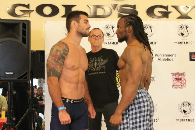 Ricardo Demente encara rival na pesagem para MMA. Foto: Tiago Morgan/Esporte na Veia.