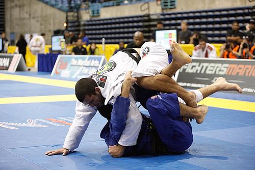 Rodolfo Vieira tenta a passagem de guarda contra o rival Bernardo Faria. Foto: Arquivo GRACIEMAG.