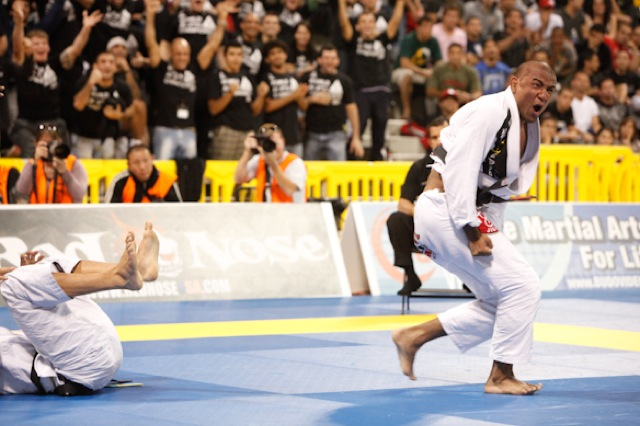 Serginho Moraes celebra o bicampeonato em 2011, no Mundial de Jiu-Jitsu na Califórnia. O astro da Alliance está no TUF Brasil, na Globo. Foto: Ivan Trindade.