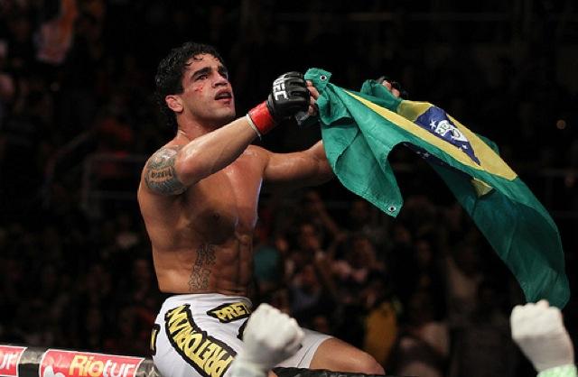 Thiago Tavares celebra no UFC Rio em 2011