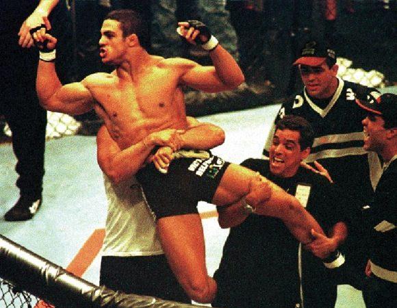 Faixa-preta de Jiu-Jitsu de Carlson Gracie, Vitor Belfort celebra após nocautear Wanderlei no UFC de São Paulo, em 1998. Foto: Juca Martins/Arquivos GRACIEMAG.
