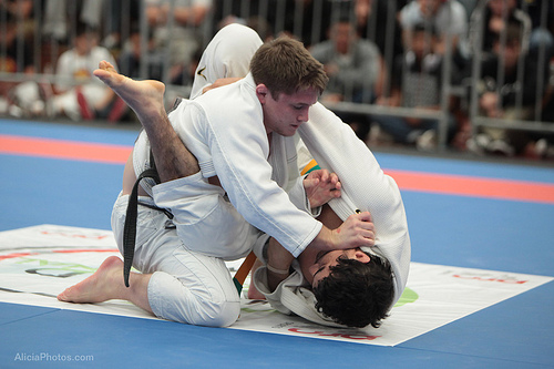 Zak Maxwell joga por cima contra Kron Gracie na Seletiva de Jiu-Jitsu de San Diego Foto Alicia Anthony