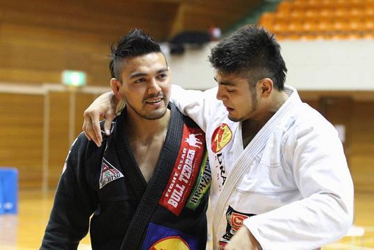 Vitoriosos no Japão, os irmãos Marcos Yoshio Souza e Roberto Satoshi estão novamente no WPJJ em Abu Dhabi. Foto: Divulgação.