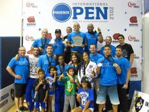Nova União, team leader Gustavo Dantas holding trophy / Publicity photo