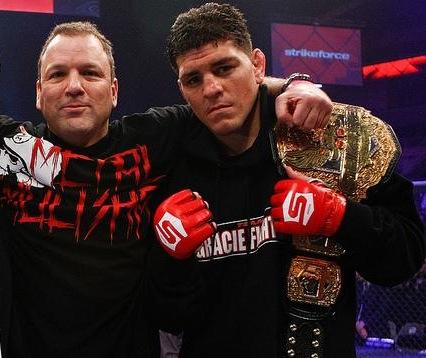 Cesar Gracie com seu faixa-preta Nick Diaz. Foto: Strikeforce.