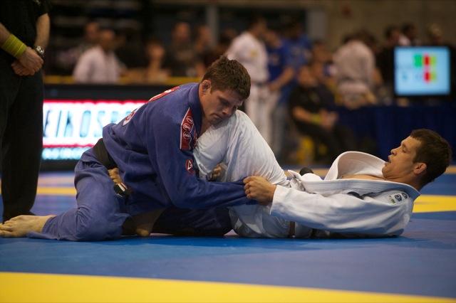 Flavio Cachorrinho contra Fabio Leopoldo (de branco), no Pan de Jiu-Jitsu 2012. Foto: John Lamonica/GRACIEMAG.