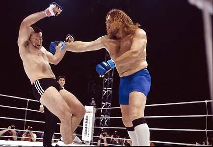 """Giant Silva no Pride, contra um """"pequeno"""" Heath Herring. Foto: Susumu Nagao/Arquivos GRACIEMAG.com."""