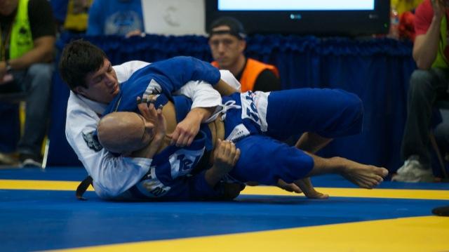 O faixa-preta Kayron Gracie e a finalização no pescoço, na luta pelo ouro meio-pesado, contra Vitor Toledo. Fotos: John Lamonica.