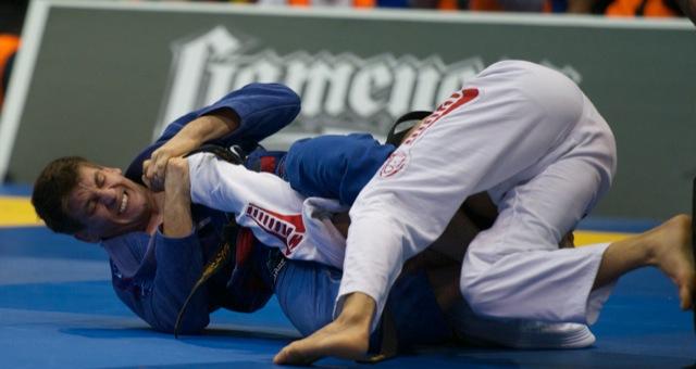 Rafael Mendes ataca Rubens Cobrinha no braço na final do Pan da IBJJF. Foto: John Lamonica/GRACIEMAG.