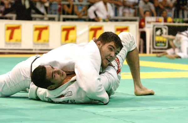 Monte uma armadilha para finalizar do cem-quilos no Jiu-Jitsu