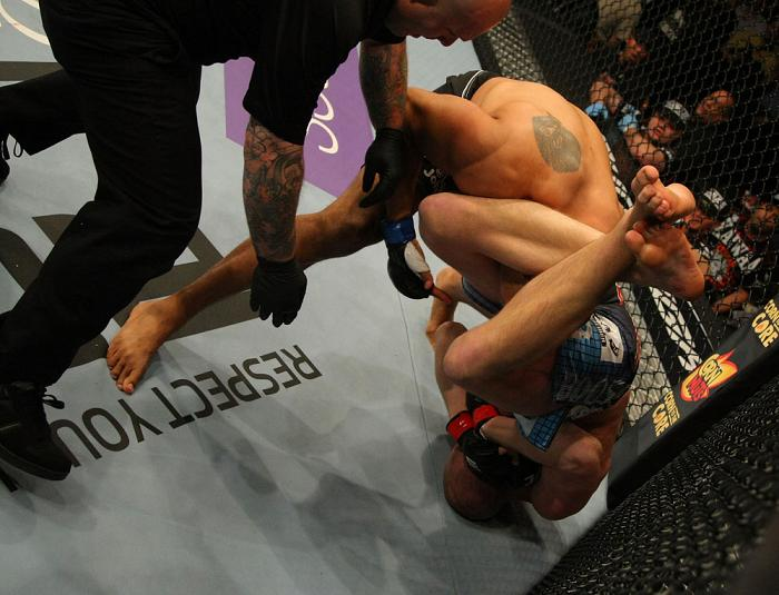 Struve aperta o braço de Johson. Foto: Donald Miralle UFC