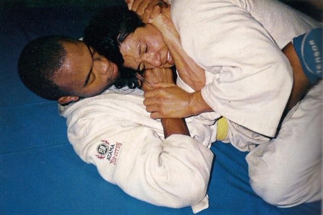 Anderson Silva treinando Jiu-Jitsu sem a calça do kimono, com o ex-professor Fábio Noguchi. Foto: Acervo Pessoal.