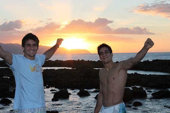 Rafael & Guilherme Mendes curtem o pôr-do-sol, e uma nova era na carreira, como eles comentam aqui no GRACIEMAG.com. Foto: Acervo Pessoal