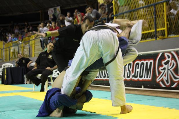 Jiu-Jitsu: na montada, você prefere finalizar no braço ou no pescoço?
